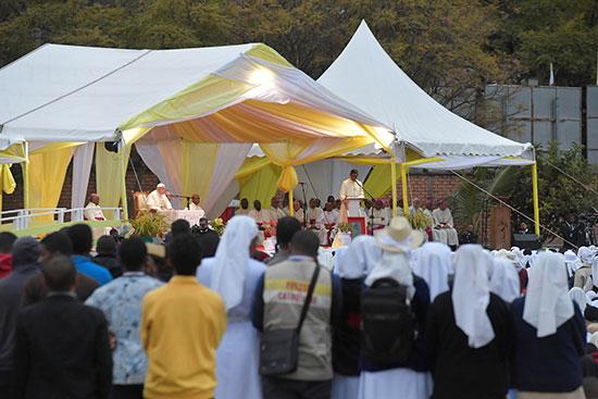البابا يستمع لأحد رجال الكنيسة