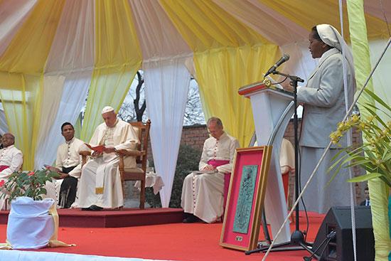 راهبة تلقى كلمتها أمام البابا