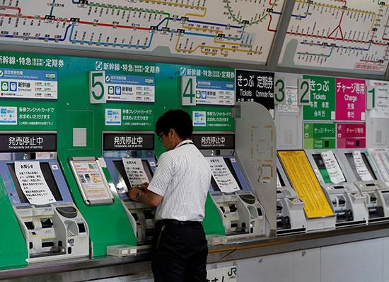 موظع يعلق تنويهات بتعطل خدمات القطارات
