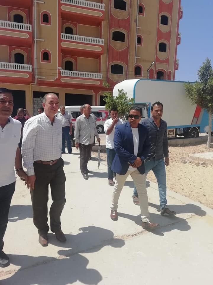 توزيع مساعدات من الهلال الأحمر على مدارس الشيخ زويد بسيناء (1)