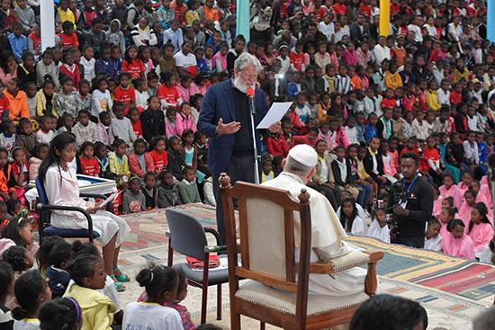 الأب بيدرو أوبيكا يلقى كلمته أمام البابا فرنسيس
