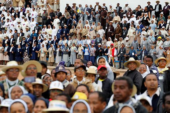 الجماهير تشارك فى الصلاة مع البابا