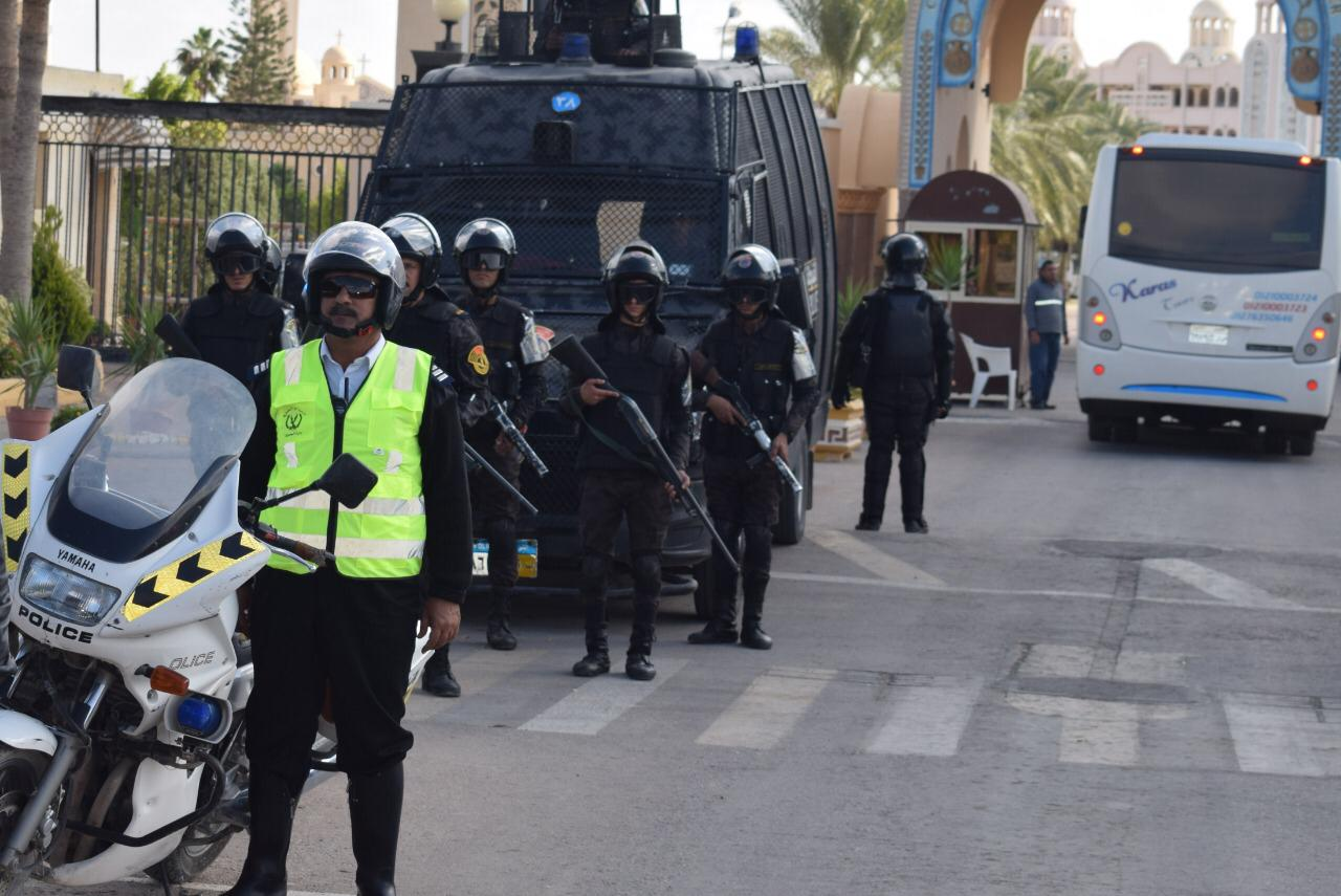 يقظة رجال الشرطة أمام الكنائس