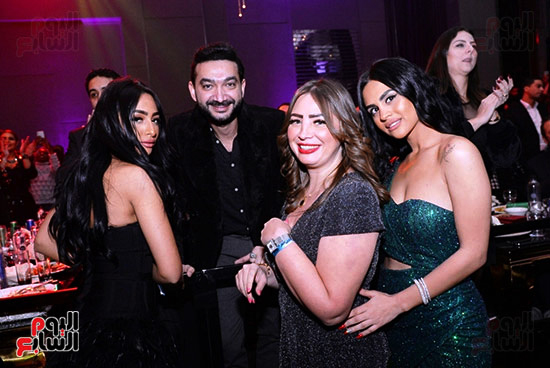 نادر حمدى مع جميلات الحفل