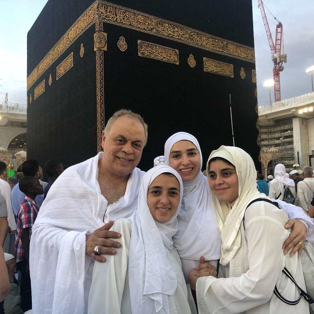 أشرف زكى وروجينا وبناتهما يؤدون العمرة