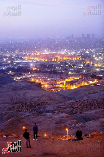 شباب مصريين يشاهدون شروق القاهره