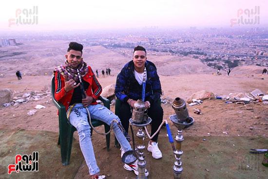 شباب يلتقطون صور تذكاريه