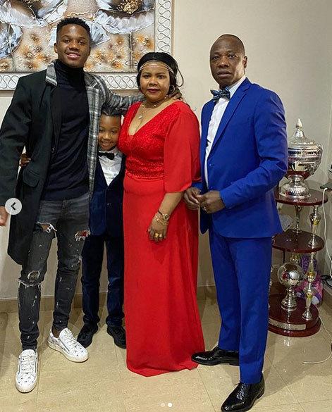 انسو فاتي لاعب برشلونة مع عائلته