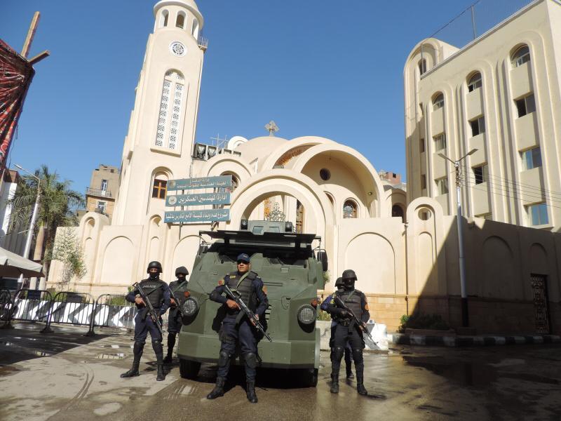 رجال الشرطة أمام الكنائس