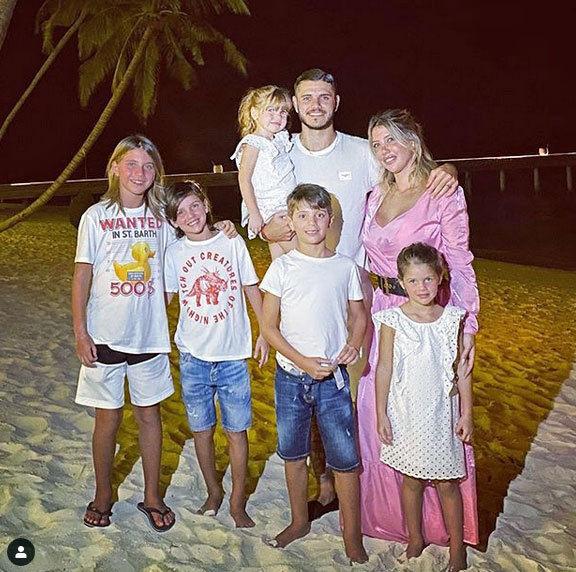 ايكاردي مع زوجته وابنائه