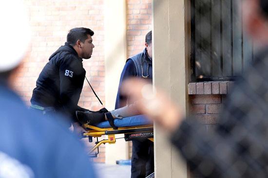 الاسعاف تنقل أحد المصابين