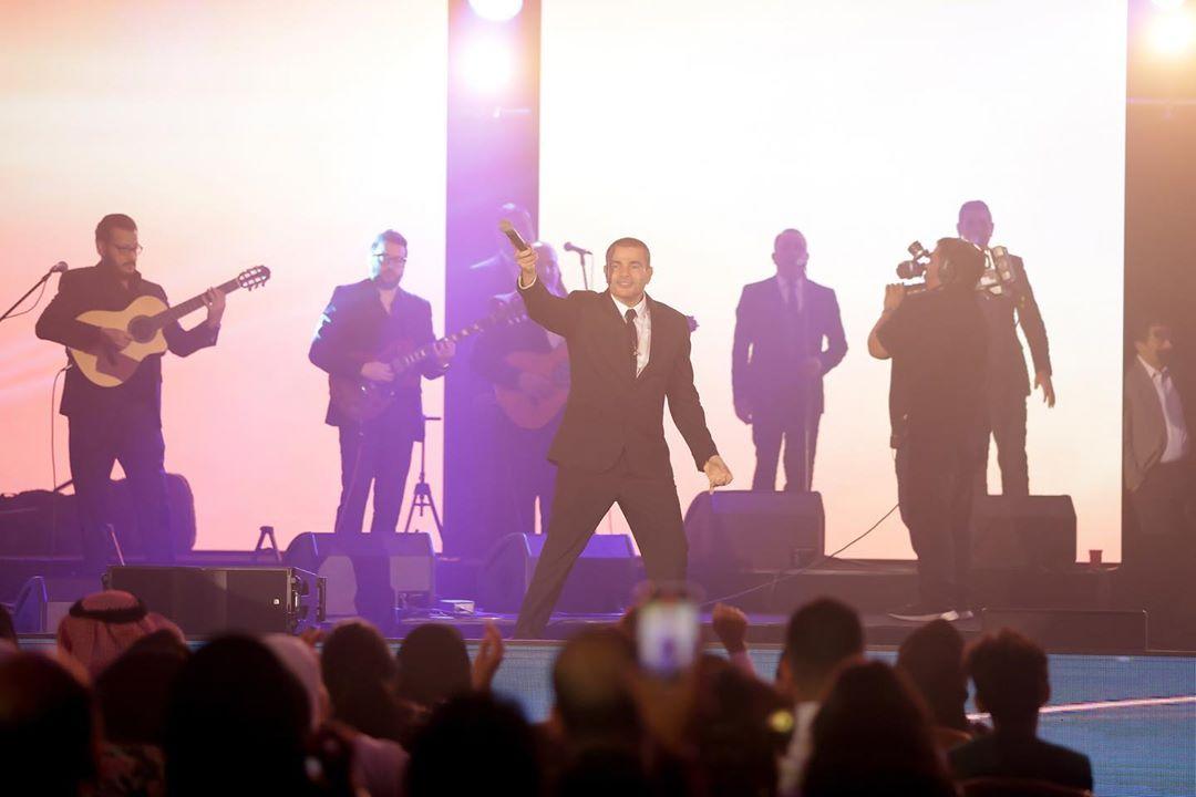 عمرو دياب يتفاعل مع الجمهور فى جدة
