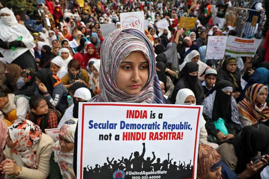 فتاة ترفع لافتة مؤيدة للاحتجاج