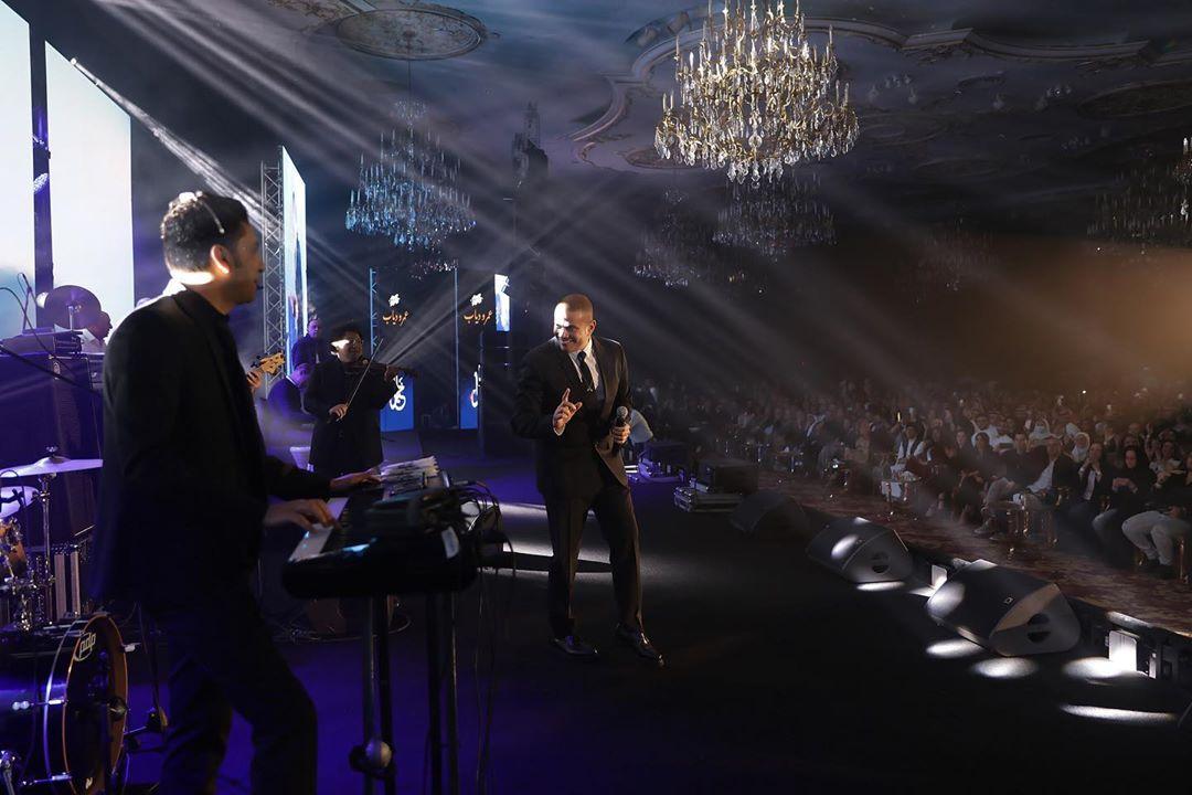 عمرو دياب يتفاعل مع عزف فرقته الموسيقية