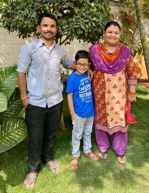 مع ابوه ووالدته