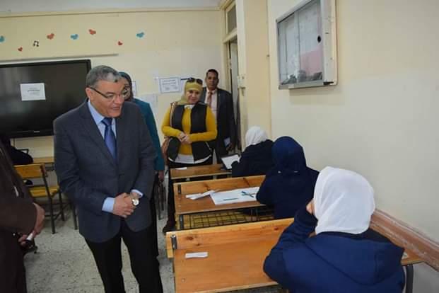 محافظ المنيا يتفقد لجان امتحانات الفصل الدراسى الأول (2)