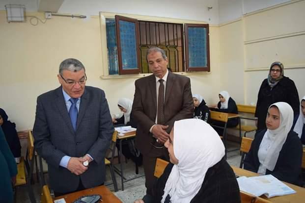 محافظ المنيا يتفقد لجان امتحانات الفصل الدراسى الأول (3)