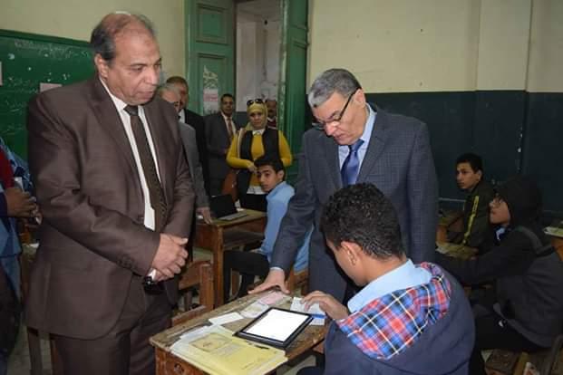 محافظ المنيا يتفقد لجان امتحانات الفصل الدراسى الأول (1)