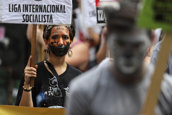 المتظاهرون يهتفون ضد حرائق الغابات