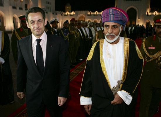 السلطان قابوس بن سعيد ، الرئيس الفرنسي نيكولا ساركوزي ، يصل إلى قصر العلم الملكي في مسقط.