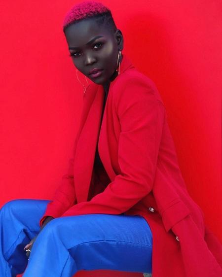 ملكة الظلام نياكيم جاتوش بالأحمر