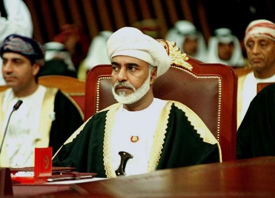 حاكم سلطنة عمان ، السلطان قابوس ، ينظر قبل بدء القمة السابعة عشرة لمجلس التعاون الخليجي