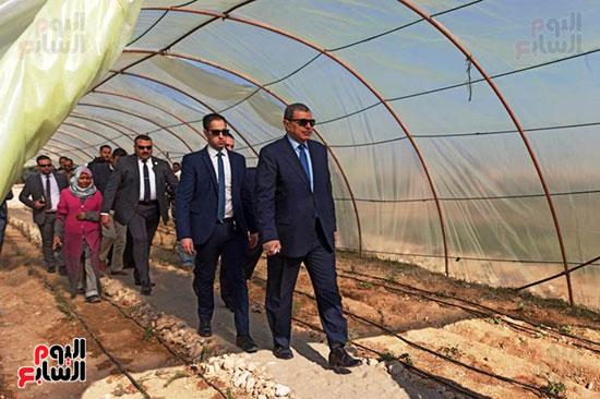 وزير-القوى-العاملة-بالصور-الزراعية-بمركز-الرضوانية