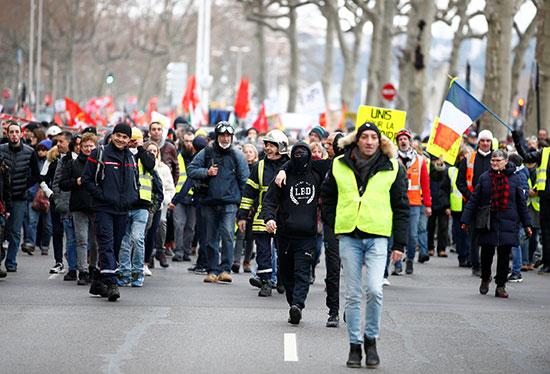 العمال المضربون يشاركون في مظاهرة فى فرنسا  ضد خطط إصلاح معاشات الحكومة