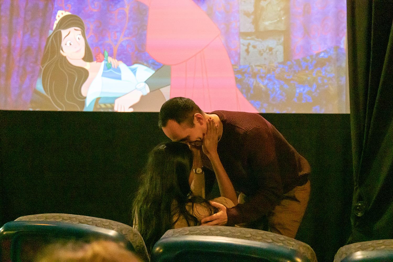 شاب يستخدم فيلم Sleeping Beauty لطلب الزواج من حبيبته