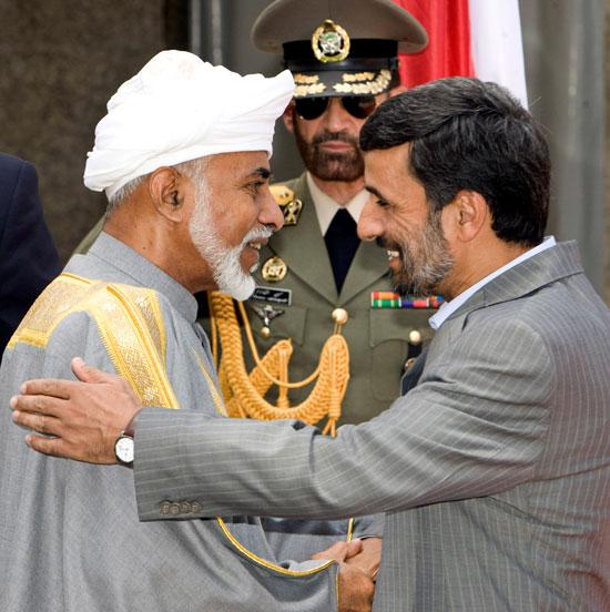 الرئيس الإيراني محمود أحمدي نجاد يحيي السلطان قابوس بن سعيد خلال حفل استقبال في طهران