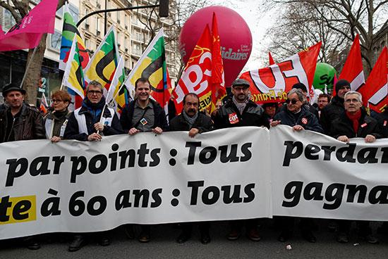 زعيم النقابة العمالية الفرنسية CGT فيليب مارتينيز يشارك في مظاهرة مع أعضاء النقابات العمالية والعمال الفرنسيين