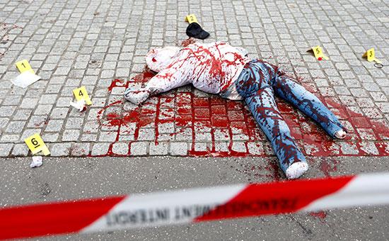 جثة مزيفة على الأرض في مشهد لمسرح الجريمة العملاق من قبل ضباط الطب الشرعي الفرنسيين