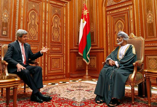 وزير الخارجية الأمريكي جون كيري (إلى اليسار) يجتمع مع السلطان العماني قابوس بن سعيد في بيت البركة في مسقط