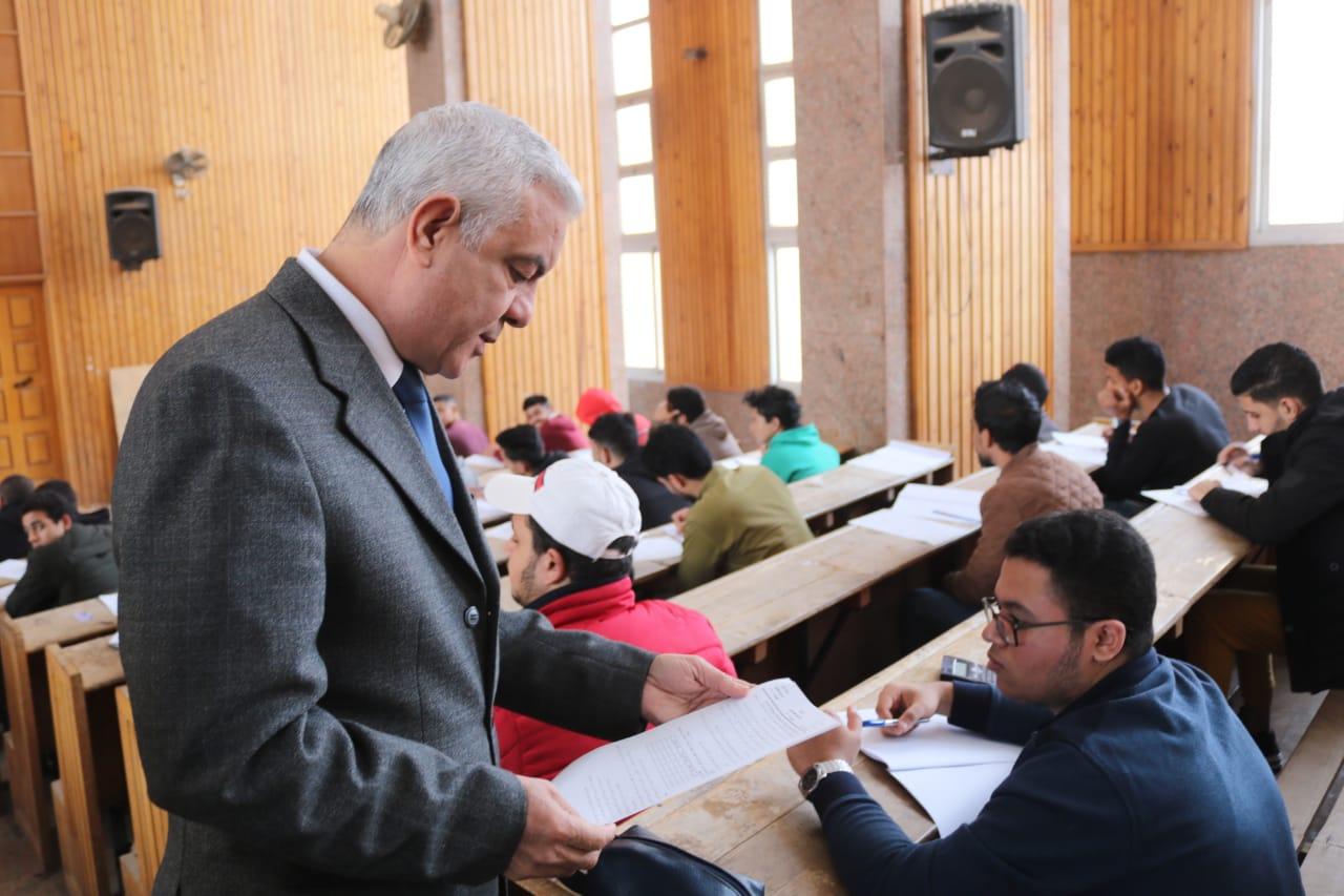 رئيس جامعة المنوفية يتفقد لجان الامتحانات (3)