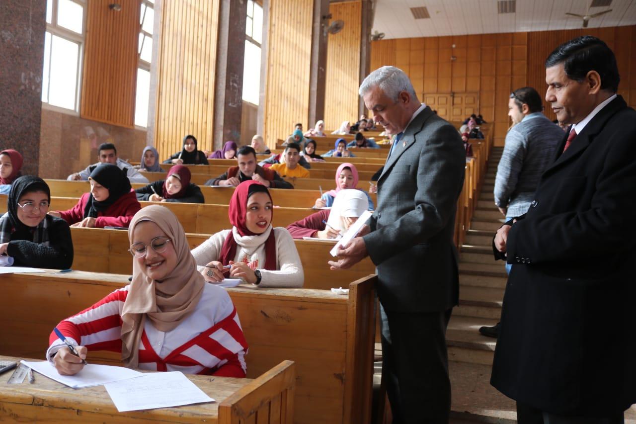رئيس جامعة المنوفية يتفقد لجان الامتحانات (1)