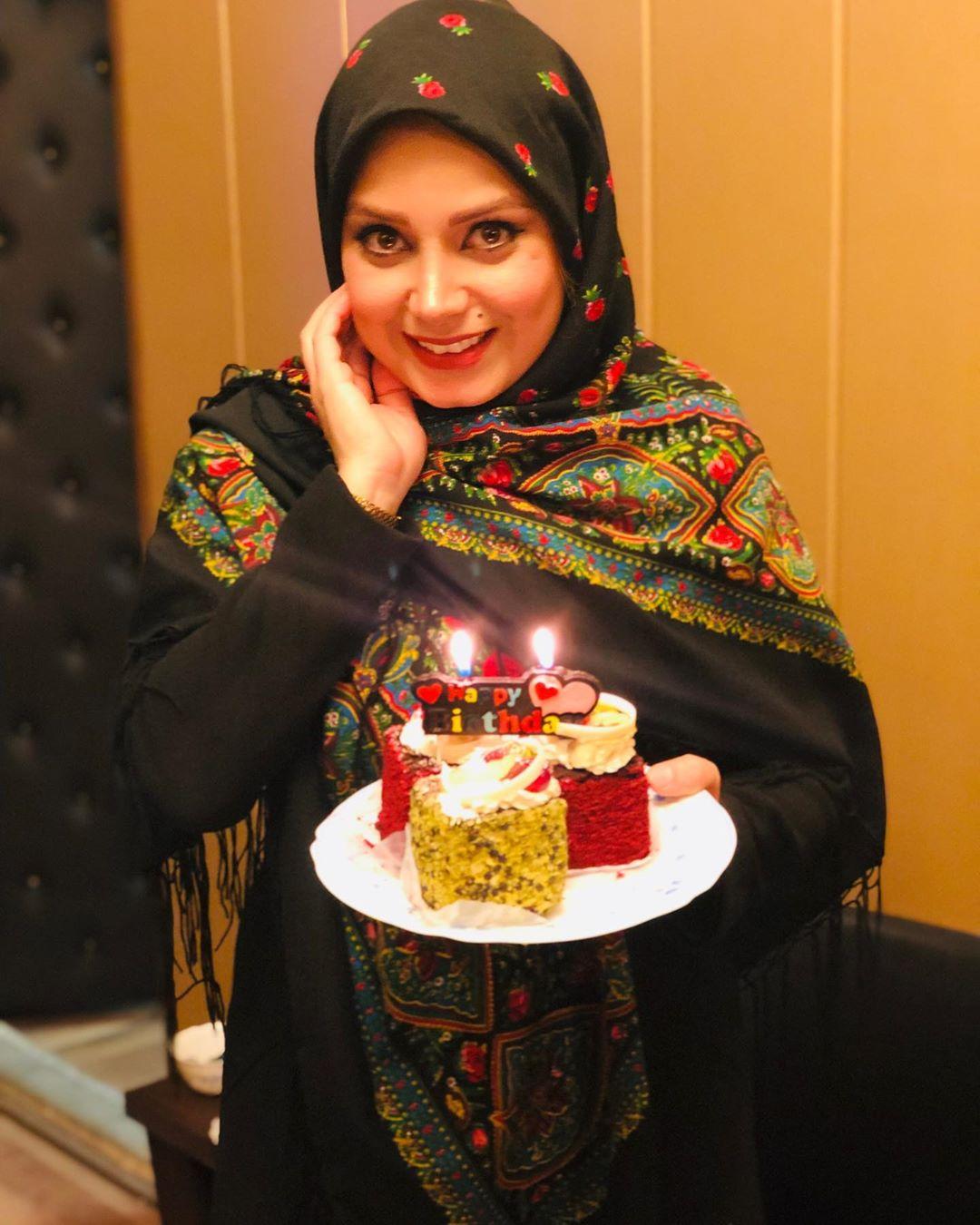 صبا راد خلال الاحتفال بعيد ميلادها