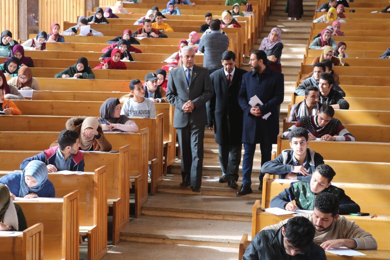 رئيس جامعة المنوفية يتفقد لجان الامتحانات (2)