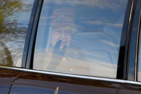 ملكة بريطانيا إليزابيث تلوح بيدها من خلف شباك السيارة