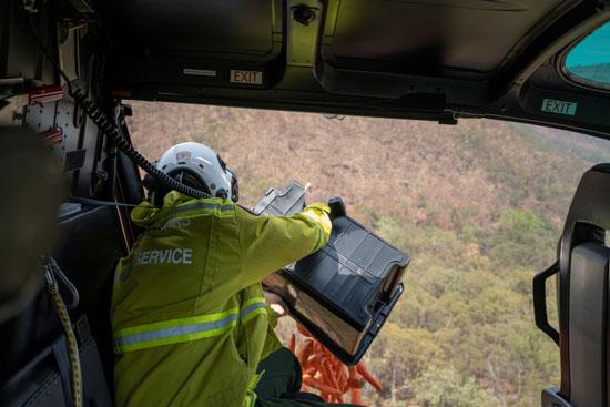 موظفوا الحياة البرية يلقون بالجزر بغابات أستراليا بعد إحتراقها