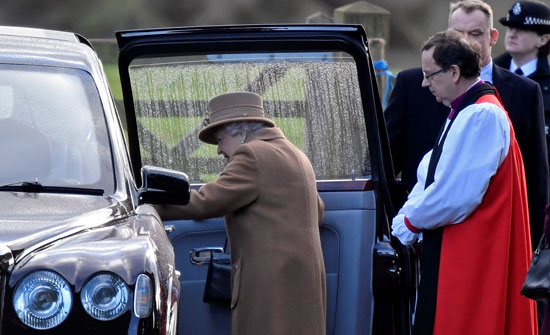 ملكة بريطانيا إليزابيث تغادر بصحبة أفراد العائلة المالكة