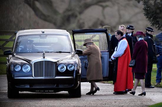 أفراد الأسرة المالكة يغادرون