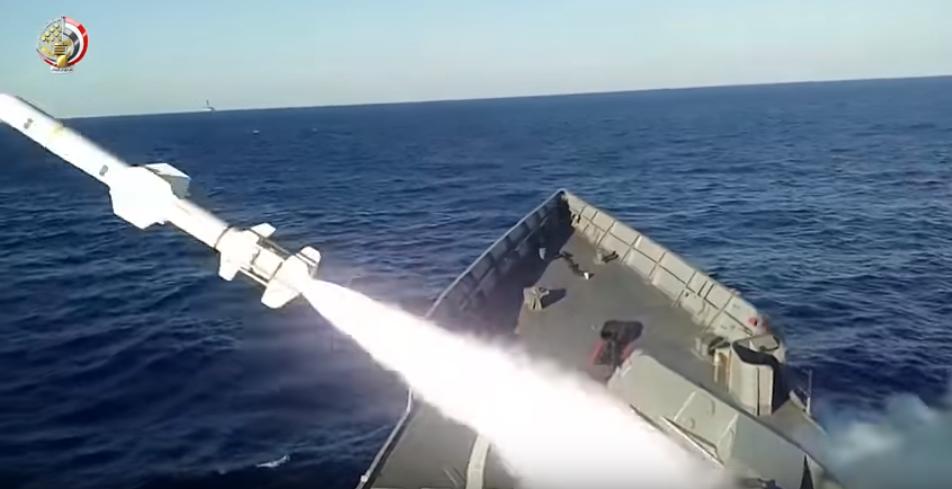 صاروخ يخرج من أحد القطع البحرية للجيش المصرى