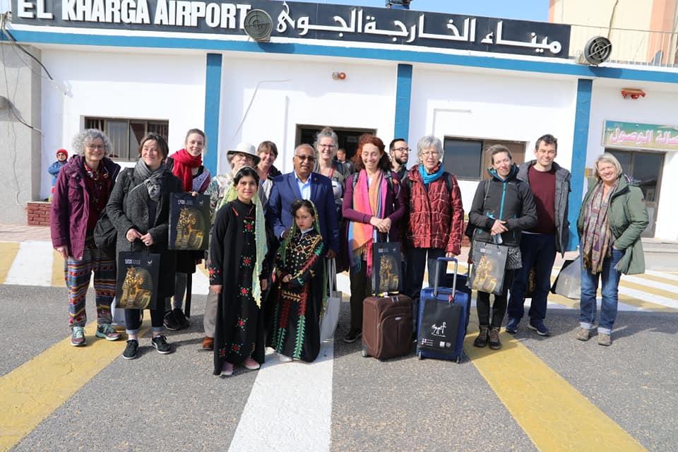 جانب من وصول الوفد لمطار الخارجة