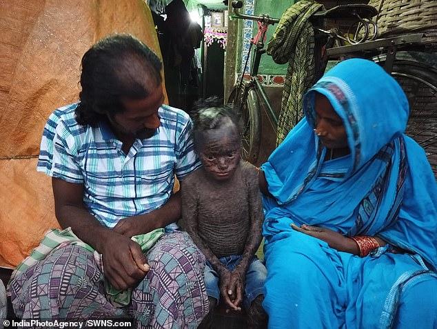 مع والديه الذين لا يستطيعا علاجه