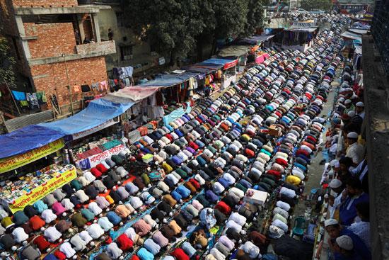 جحافل المسلمين يؤدون الصلوات
