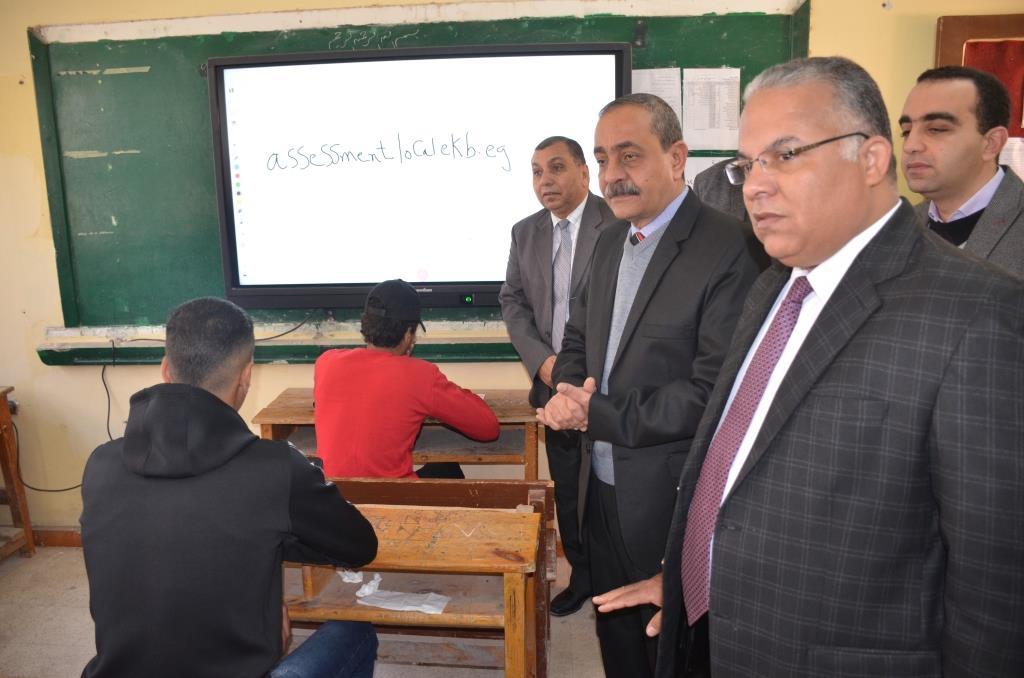 محافظ الإسماعيلية يتفقد امتحانات الصف الأول والثانى الثانوى (2)
