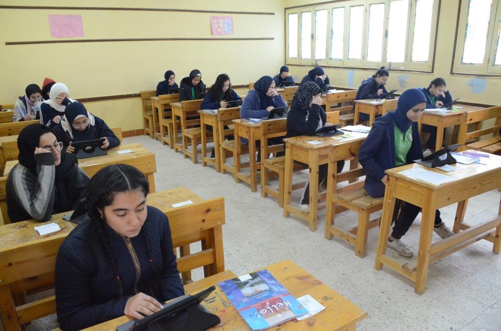 محافظ الإسماعيلية يتفقد امتحانات الصف الأول والثانى الثانوى (7)