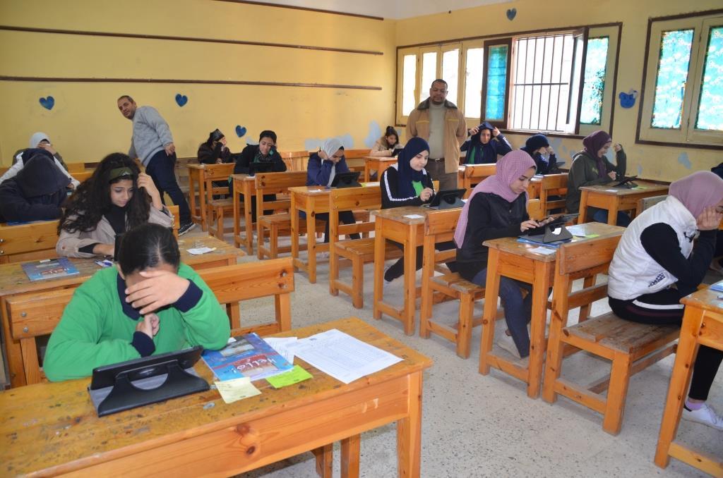 محافظ الإسماعيلية يتفقد امتحانات الصف الأول والثانى الثانوى (4)