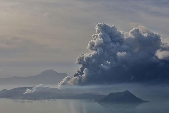 الدخان يتصاعد من فوهة البركان