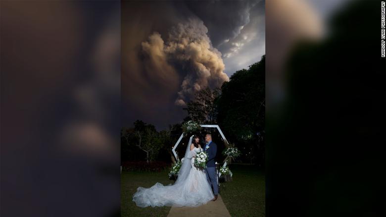 التقاط صور زفاف خلف امام البركان